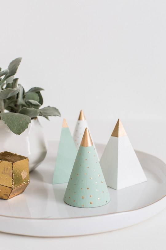 9 diy mini christmas tree decor ideas homelovr - Mini sapin de noel decore ...