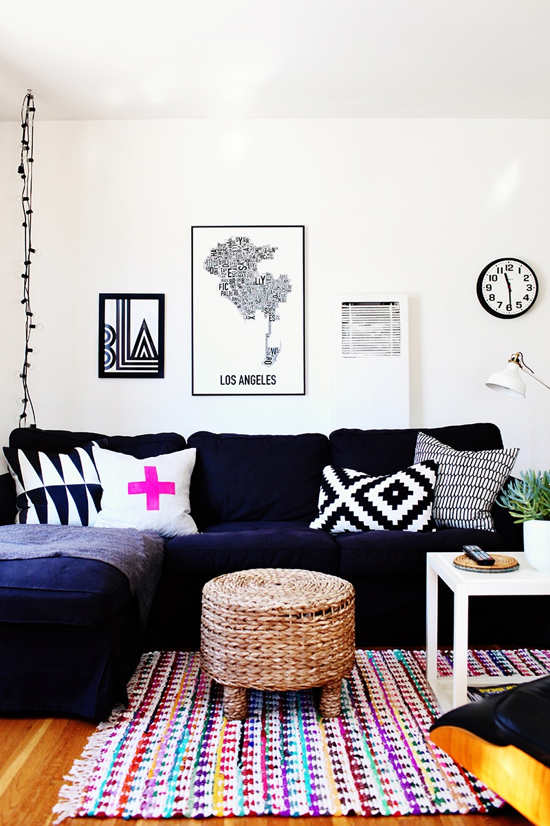 23 colorful sofas to break the monotony in your living for Navy couch living room