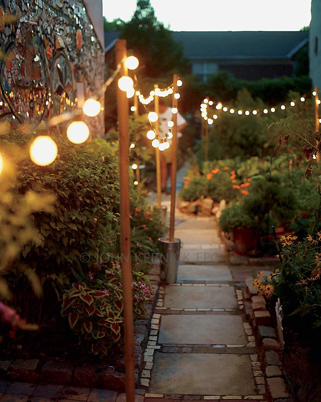 19 inspiring backyard and patio lighting project ideas homelovr falling string lights workwithnaturefo