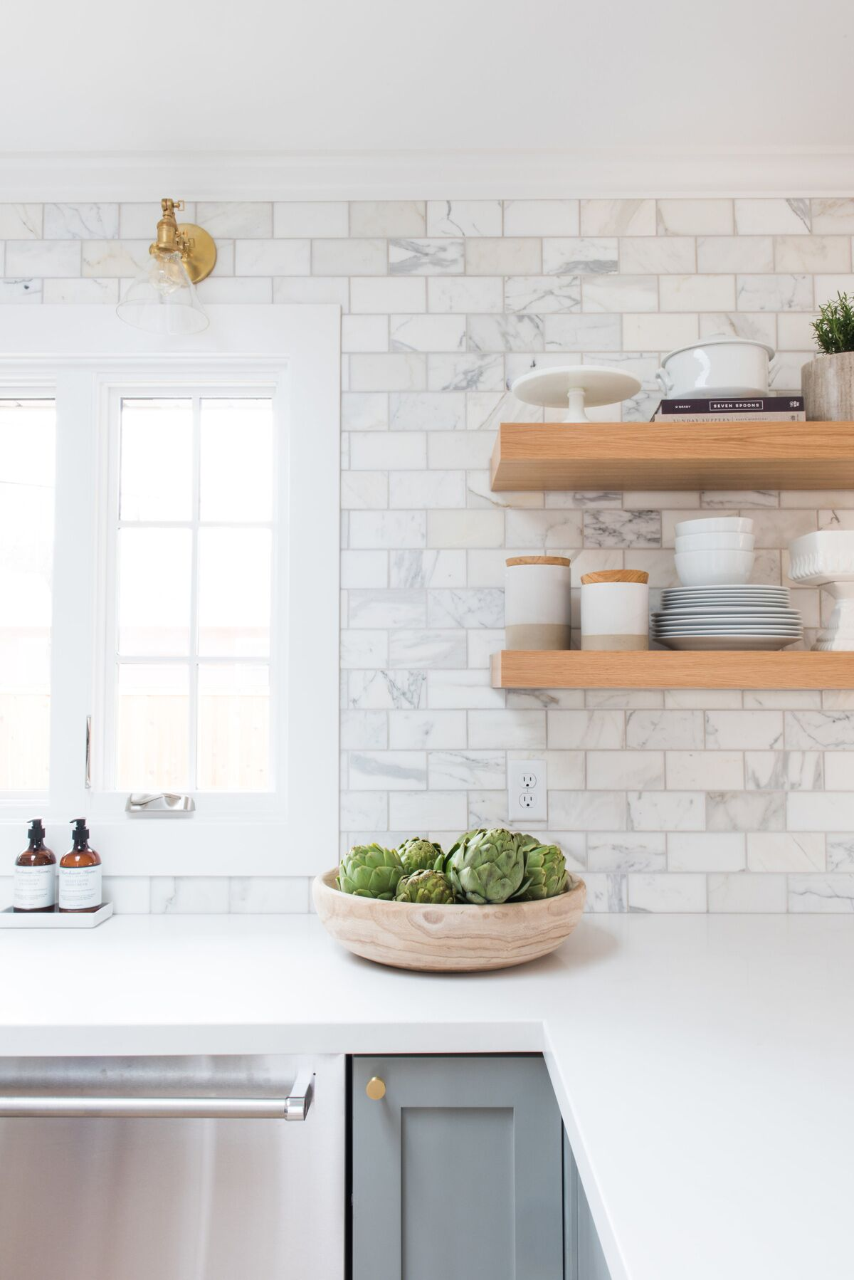 20 kitchen backsplash ideas that totally steal the show homelovr simple marble subway tile backsplash dailygadgetfo Choice Image