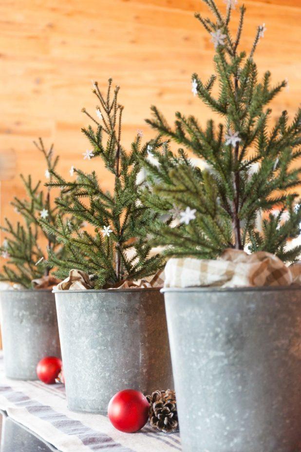 40 Farmhouse Christmas Decor Ideas - Homelovr
