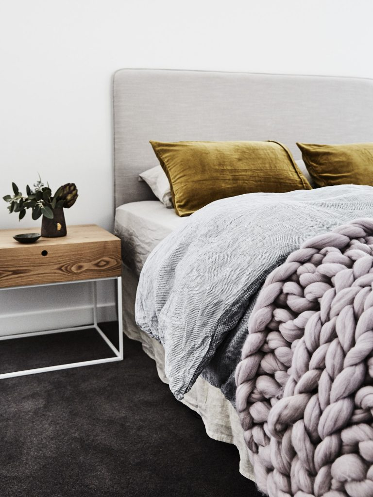 cozy chunky knit blanket decor ideas homelovr. Black Bedroom Furniture Sets. Home Design Ideas