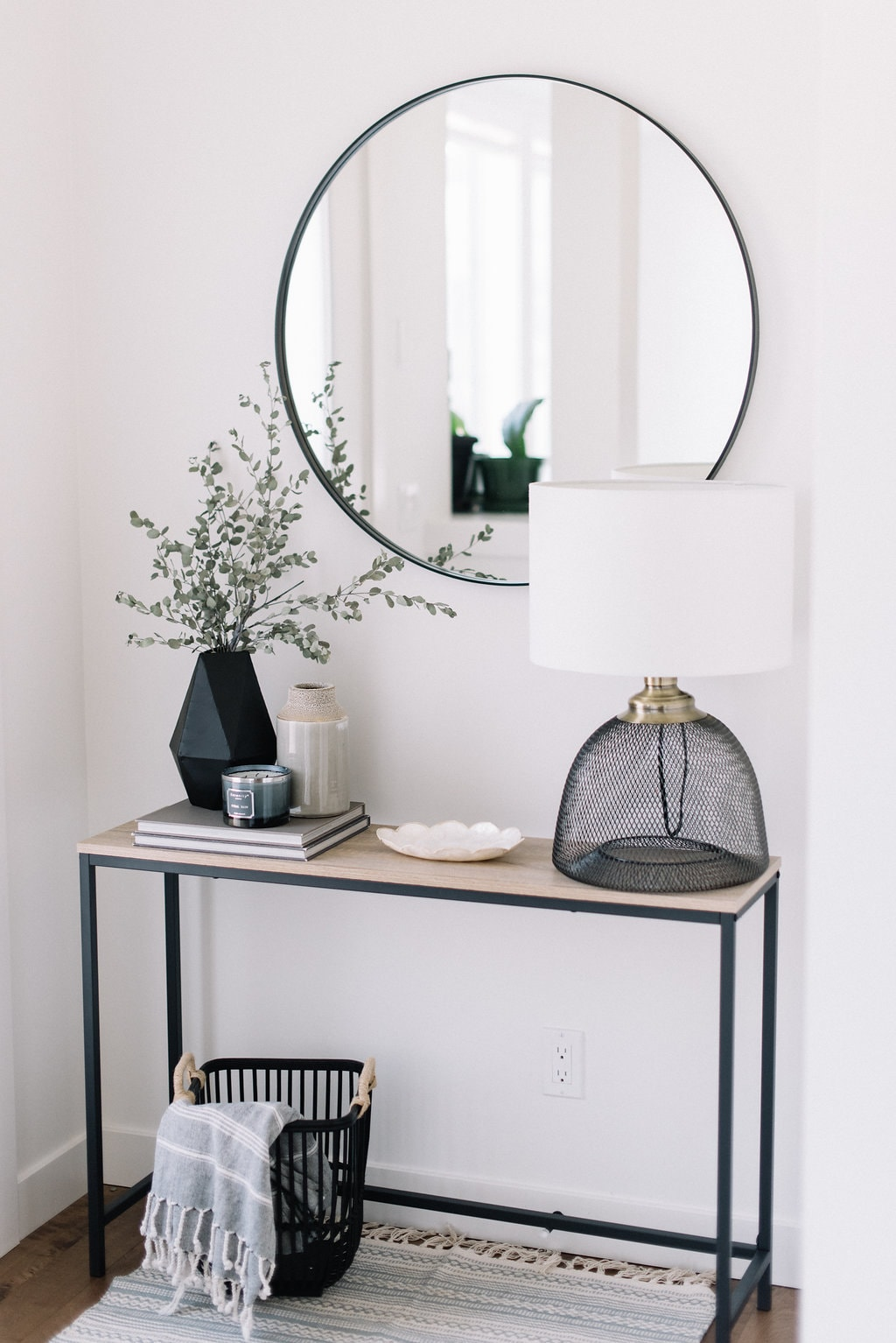 Monochromatic, Simple And Modern Looking Entry Table.